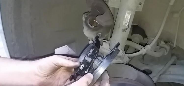 Заміна гальмівних колодок Galfer B1 G102 0408 2 на Skoda Fabia (відео)