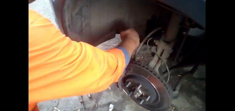 Заміна передніх тормозних колодок Brp BRP2031 на Nissan Qashqai (відео)