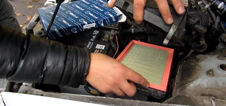 Заміна повітряного фільтра Meyle 34 12 046 0001 на Nissan Almera (відео)