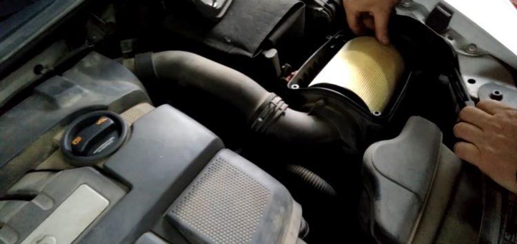 Заміна повітряного фільтра WIX WA9756 на Skoda Octavia (відео)