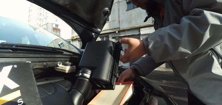 Заміна повітряного фільтра WIX WA9526 на Peugeot 307 (відео)