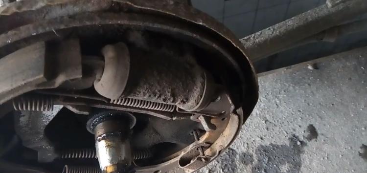 Заміна гальмівного циліндра Kager 39 4131 на Mazda 626 (відео)