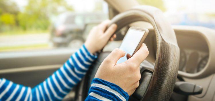 Франція заборонила смартфони в автомобілях, навіть на узбіччі