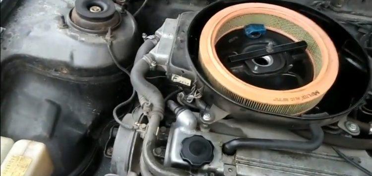 Заміна повітряного фільтра M Filter A 110 на Mazda 626 (відео)