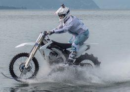 По озеру на мотоциклі (відео)
