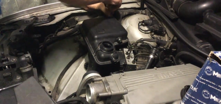 Заміна розширювального бачка Meyle 3142230006 на BMW 760Li (відео)