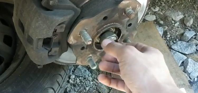 Заміна гайки ступиці 14044271 на Mazda 626 (відео)
