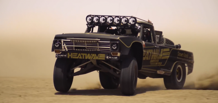 Трофі-трак на базі пікапа Ford 1969 року розсікає по пустелі (відео)