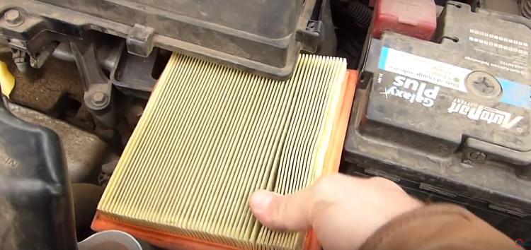 Заміна повітряного фільтра M-Filter K 466 на Nissan Micra (відео)