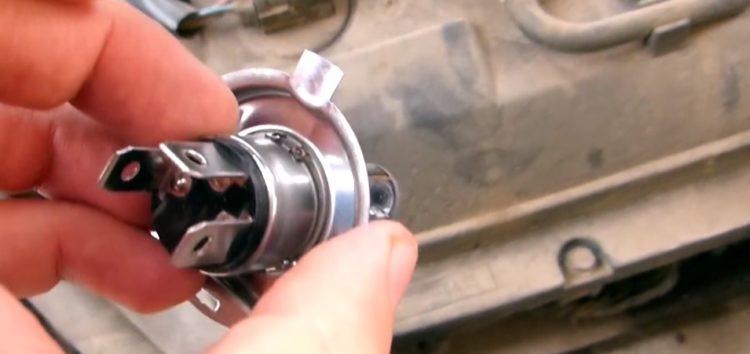 Заміна лампи накалювання Philips 12342PRB1 на Nissan Micra (відео)