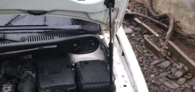 Заміна газової пружини капоту BSG 90-980-019 на Volkswagen Caddy (відео)