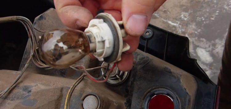 Заміна лампи стоп-сигналу Tesla B52101 на Chevrolet Aveo (відео)