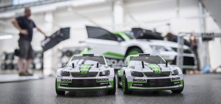 Іграшкові Skoda позмагалися в гонці на заводі (відео)