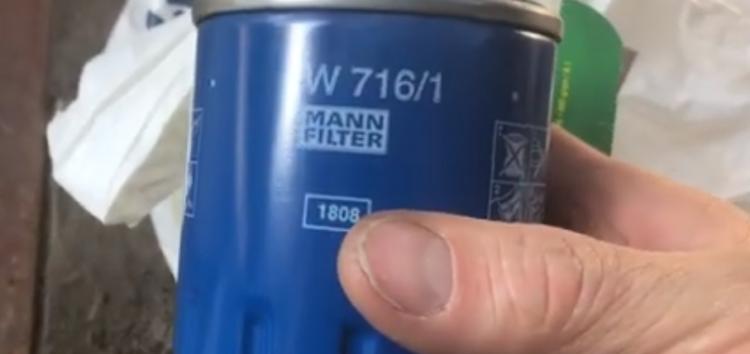 Заміна масляного фільтра MANN-FILTER W 716/1 на Peugeot Partner (відео)