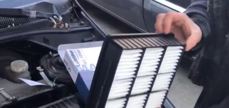 Заміна повітряного фільтра MAHLE/KNECHT LX 1076 на Mitsubishi Lancer (відео)