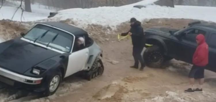 Porsche 911 на гусеницях витягує з бруду пікап Toyota (відео)