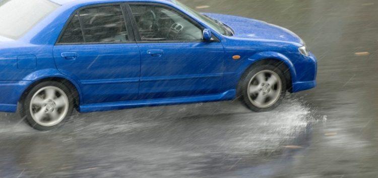 Як правильно управляти автомобілем в дощ