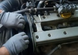 Заміна датчика розподілвала FAE 79166 на Opel Vectra B (відео)