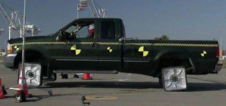 Як їздить автомобіль з квадратними колесами (відео)