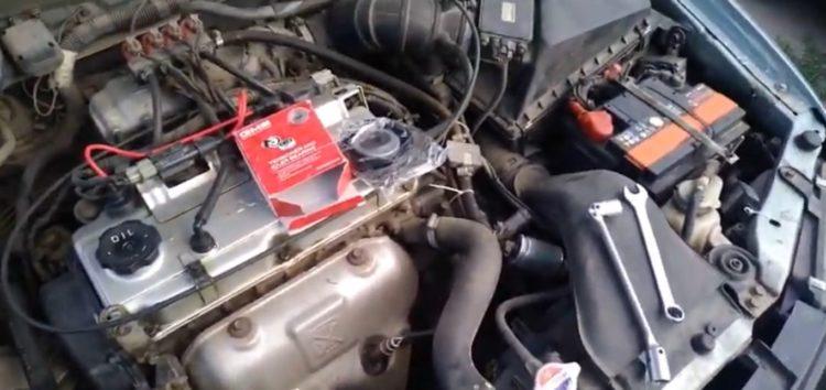 Заміна ролика натяжного GMB GT10090 на Mitsubishi Carisma (відео)