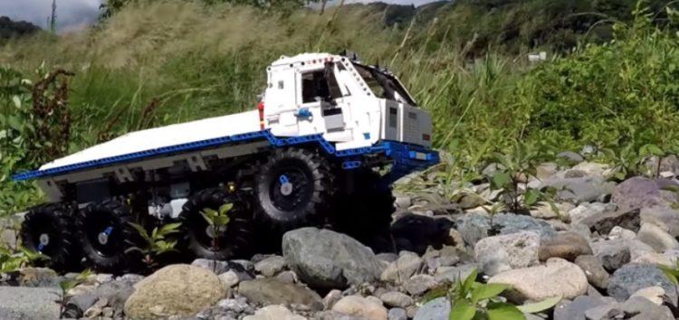 Вантажівка з LEGO долає бездоріжжя (відео)