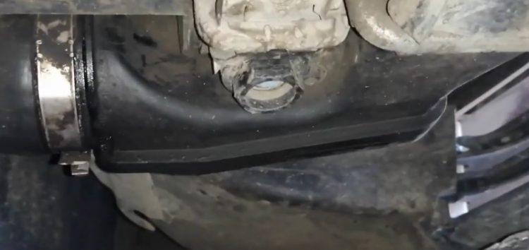 Заміна болта повітряного клапана системи охолодження двигуна Vaico V202940 на BMW 320d (відео)