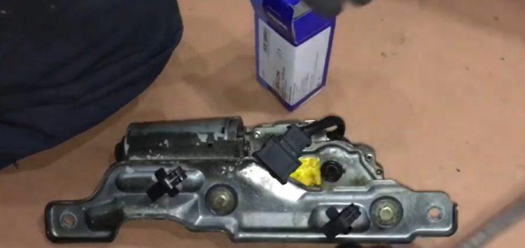 Заміна форсунки омивача скла SWAG 32922294 на Volkswagen Golf III (відео)