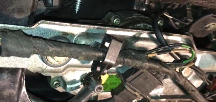Заміна гофри задніх дверей VAG 1J6 971 840 A на VW Golf 3 (відео)