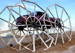 Автомобіль та шестиметрові колеса (відео)