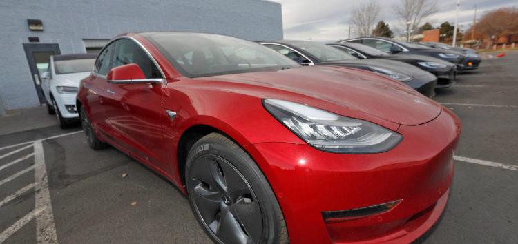 Tesla поговорила з пішоходами (відео)