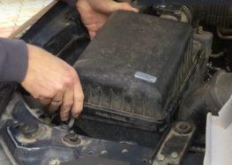 Заміна повітряного фільтра Hengst E718L на Mitsubishi Pajero Wagon (відео)
