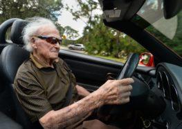 107-летний американец рассекает на Mercedes (видео)