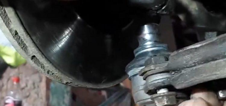 Заміна шарової опори Moog VO BJ 7154 на Volkswagen Golf II (відео)
