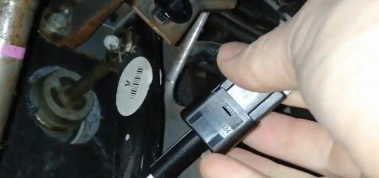 Заміна датчика стоп-сигналу Nissan 25320 AX00E на NISSAN NOTE (відео)