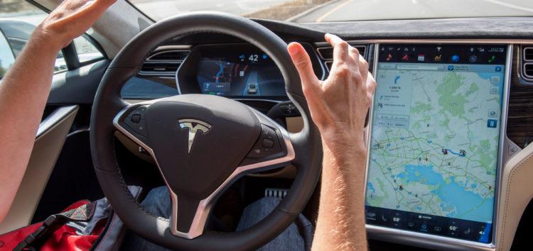 Автопілот Tesla став бачити світлофори