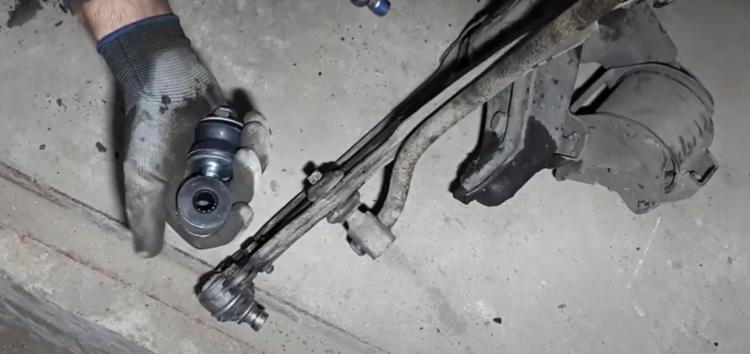 Заміна правої стійки стабілізатора MOOG VO LS 1516 на Volkswagen Golf II (відео)