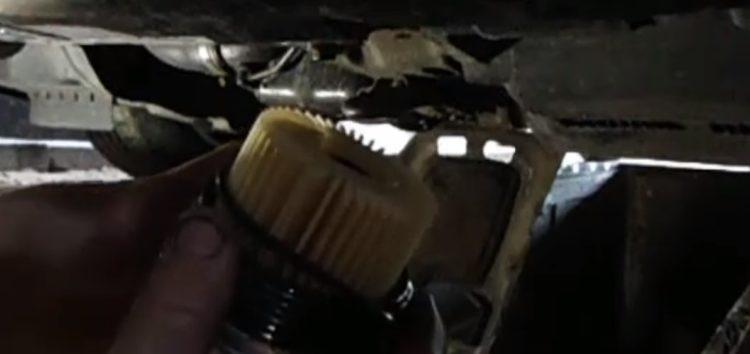 Замена фільтра масляного Toyota 04152 YZZA5 на Toyota Corolla Verso (відео)