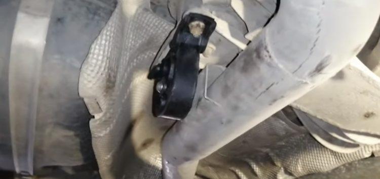 Заміна подушки підвіски глушника Fare 10679 на BMW 320d (відео)