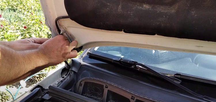 Заміна клапана омивача скла Toyota 85321-26020 на Citroen C3 Picasso (відео)