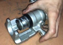 Заміна ремкомплекта гальмівного супорта Frenkit 238010 для VW Golf 3 (відео)