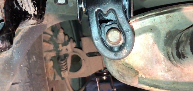 Заміна кронштейна кріплення вихлопної системи Jp Group 1121600300 на Volkswagen Golf III (відео)