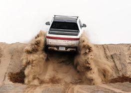 Rivian R1T в пустелі (відео)