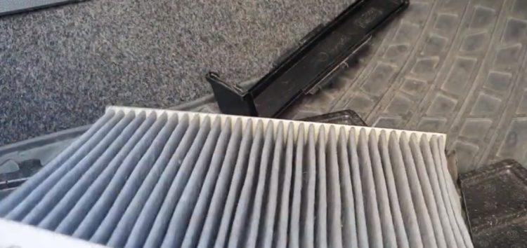 Заміна фільтра салону з активованим вугіллям Hengst E961LC на Skoda Fabia (відео)