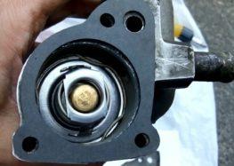 Заміна прокладки APG1 0046 корпуса термостата на Ford Escort (відео)