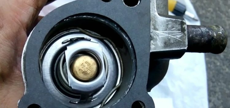 Замена прокладки APG1 0046 корпуса термостата на Ford Escort (відео)