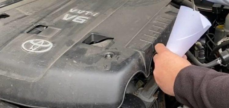 Як залити моторну оливи без лійки? (відео)