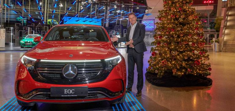 BMW і Mercedes-Benz привітали один одного з прийдешніми святами (відео)