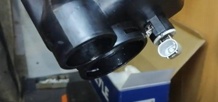 Заміна розширювального бачка Meyle 314 223 0000 на BMW 320d 2,0 (відео)