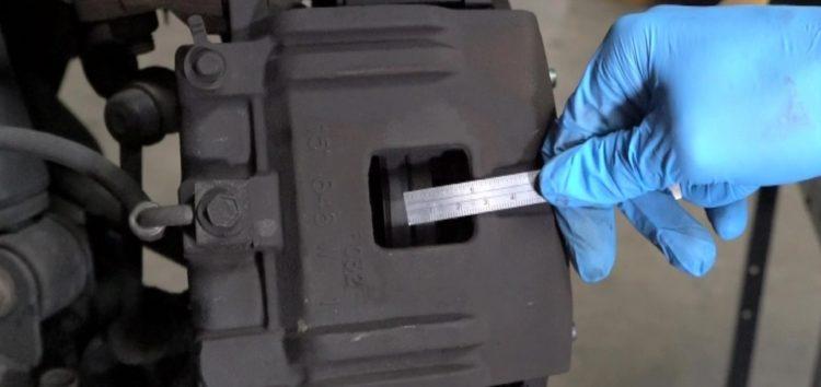Перевірка товщини передніх гальмівних колодок