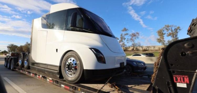 Перші вантажівки від Tesla Semi вийдуть вже цього року